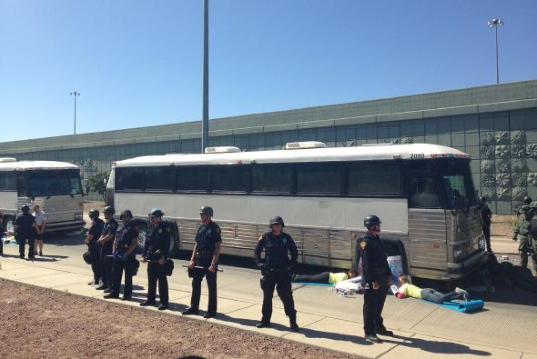 Oficiales de la Policía de Tucson, agentes de la Patrulla Fronteriza y d...