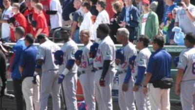 El equipo de Republica Dominicana rindiendo honores a las banderas de am...