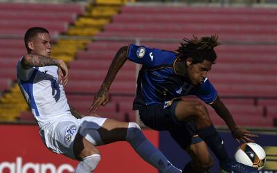 Jaime Moreno, izquierda, en un partido contra Honduras, que derrot&oacut...