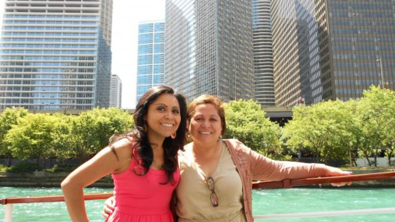 Aileen Ocaña y su mamá paseando por Chicago.