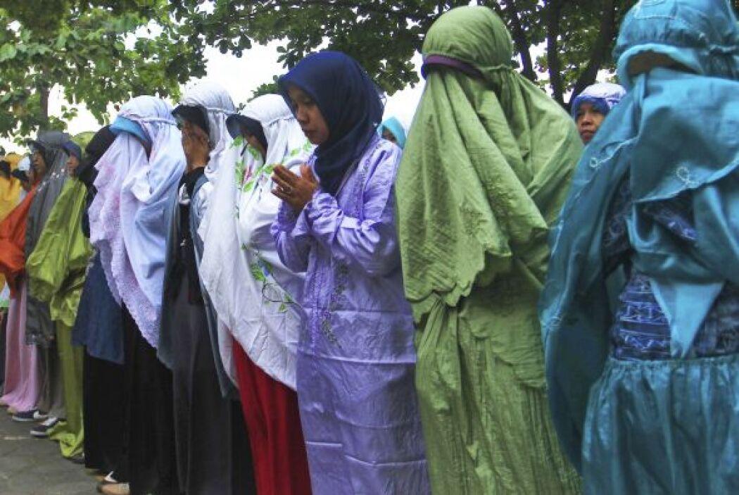 Estudiantes de la escuela secundaria Al Firdaus oran por su profesor Joh...