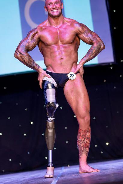 Él es Mark Smith, quien en el año 2011 perdió una pierna en un tiroteo a...