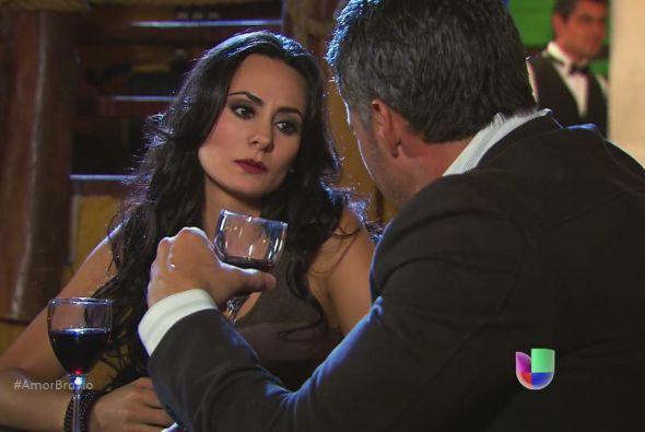 Dante y Teresa brindan a la salud de sus amores perdidos. Ahora parece q...