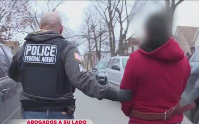 ¿Qué hago si llegan agentes de ICE a mi puerta?