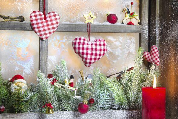 Sobre las ventanas agrega vida con guirnaldas decoradas, simula un poco...