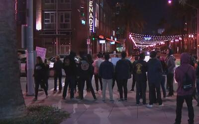 Indignados, varios jóvenes protestaron frente a la alcaldía de Anaheim p...