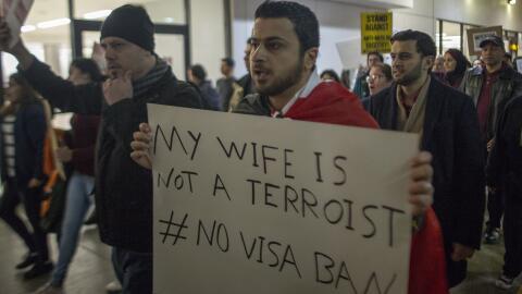 Una protesta en el aeropuerto de Los Ángeles (LAX) en contra de l...