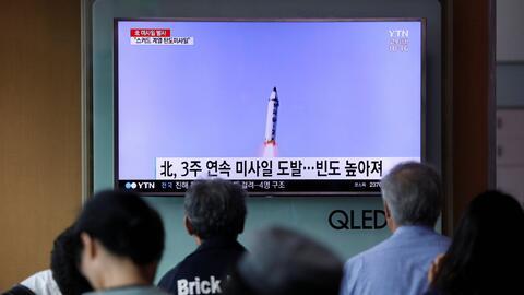 La televisión surcoreana transmitió la noticia del lanzamiento de otro m...