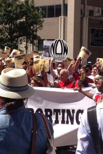 A eso de las 10 AM del jueves decenas de inmigrantes se congregaron fren...
