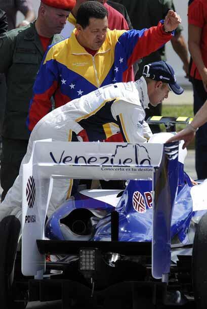 Maldonado mostro algunos detalles del habitáculo de su auto a Chávez.