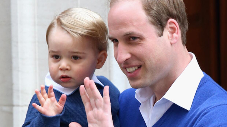 El príncipe en sintonía con su papá saluda a la gente frente al hospital.