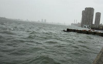 Investigan el hallazgo de un cadáver en aguas del East River, a la altur...