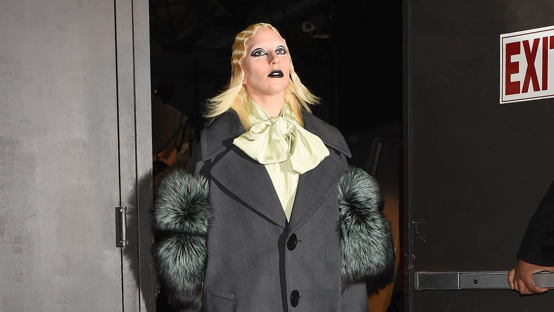 Lady Gaga apareció sorpresivamente en la pasarela de Marc Jacobs.