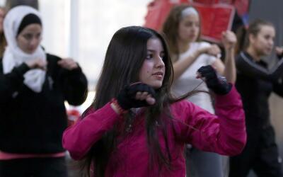Un grupo de mujeres asiste a una clase de autodefensa en Amán, ca...