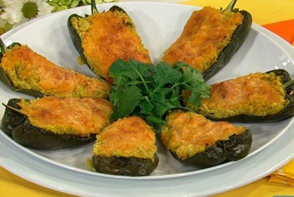 Chiles poblanos rellenos de quínoa: Esta abundante y deliciosa entrada v...