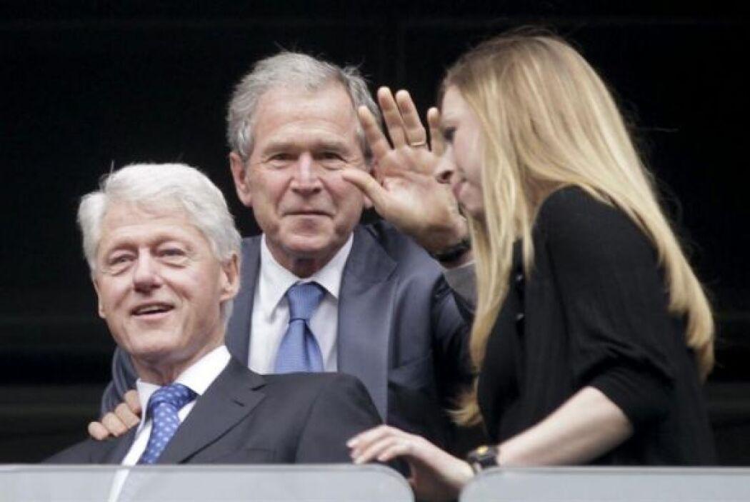 Los expresidentes estadounidenses Bill Clinton y George W. Bush, y la hi...