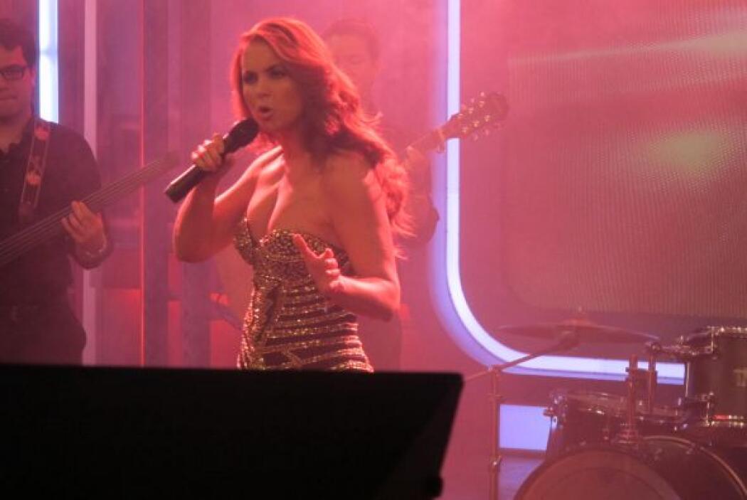 El tema fue interpretado también en Premios Juventud.