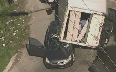 Camión de carga se volcó sobre un vehículo en la carretera 45 a la altur...