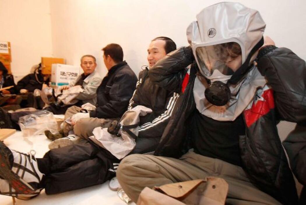 Algunos residentes de Corea del Sur comprobaron si las máscaras de gas f...