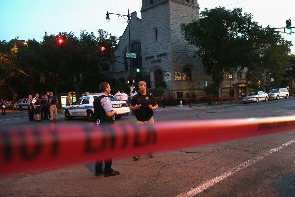 Un auto pasó frente a la Uptown Baptist Church entre las avenidas...