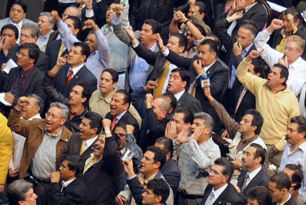 Mientras los diputados y senadores del izquierdista Partido de la Revolu...