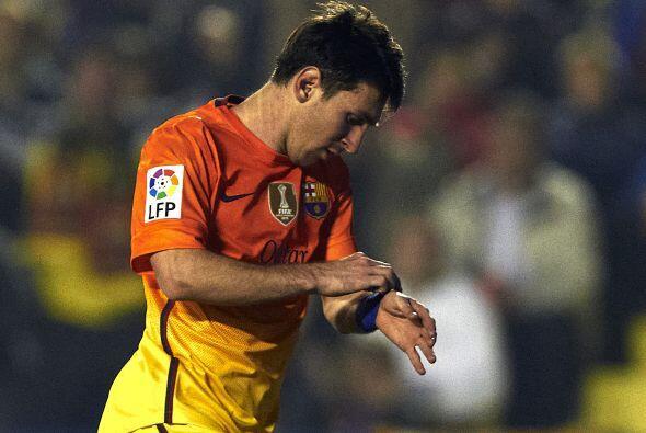 Ya en la línea de ataque, Lionel Messi no suelta su eterno lugar...