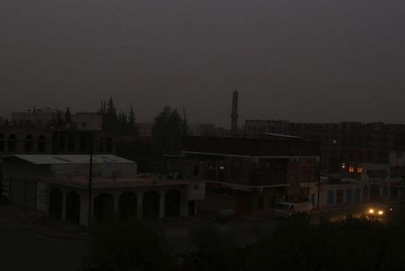 Vista de un barrio que carece de iluminación después del presunto ataque...