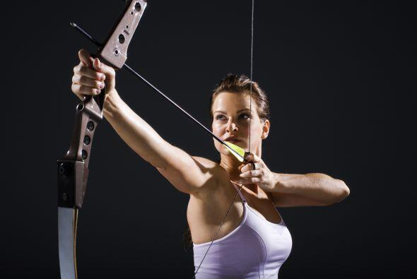 Jennifer Lawrence en The Hunger Games. Arco, flecha, una chaqueta tipo c...