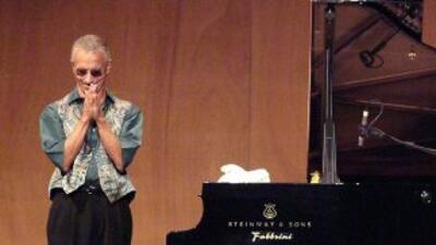 Keith Jarrett llega con su trío al escenario del Arsht Center en Miami.
