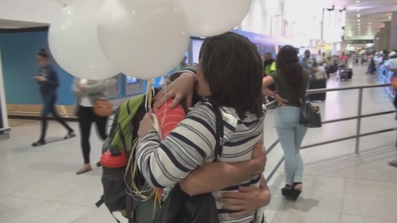 Madre inmigrante se reencuentra 13 años después con su hijo, del que nun...