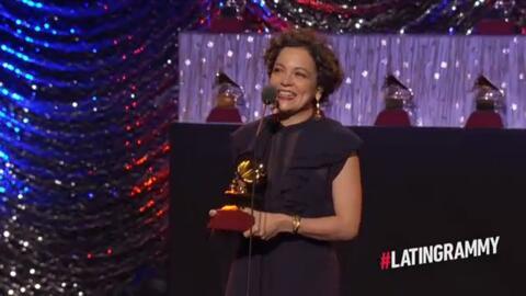 Natalia Lafourcade muy emocionada recibe el Grammy Latino