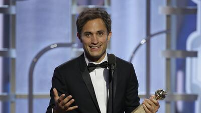 Gael García Bernal acepta el Globo de Oro al mejor actor en una serie de...