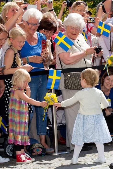 La familia recorrió las salas del castillo Linköping, habitaciones llena...