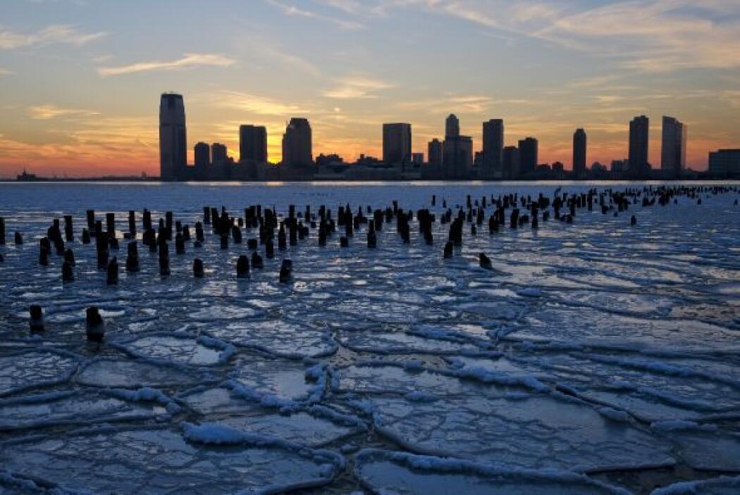 Témpanos de hielo llenan el río Hudson, a lo largo del paseo marítimo de...