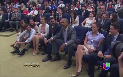 El Presidente Obama se unió a los trabajadores de la Casa Blanca a ver e...