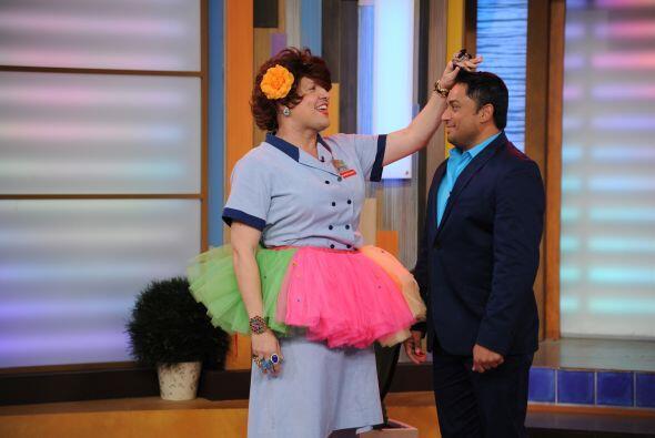 Aquí, la Doña se ofreció a darle unas clases de baile a Manny Manuel.