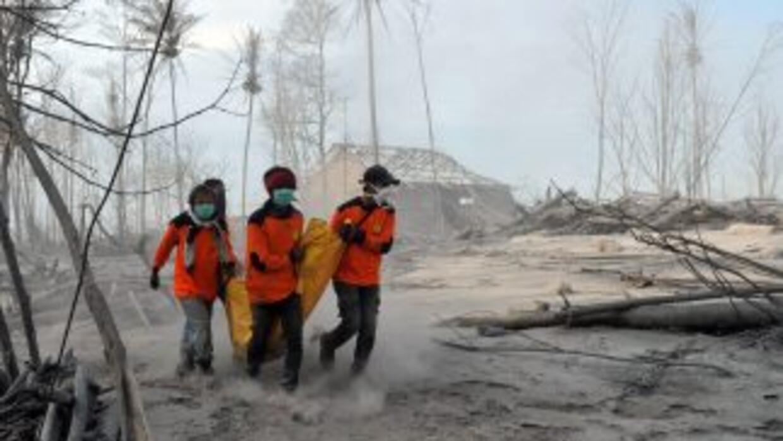 Socorristas recuperan un cuerpo en una de las aldeas situadas a los pies...