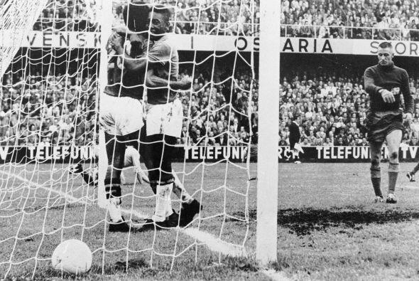 Abrazando a Vavá en la final del Mundial de 1958. Brasil aplast&o...