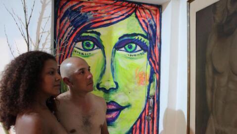 Dos asistentes nudistas a la exposición de desnudos en Medellín