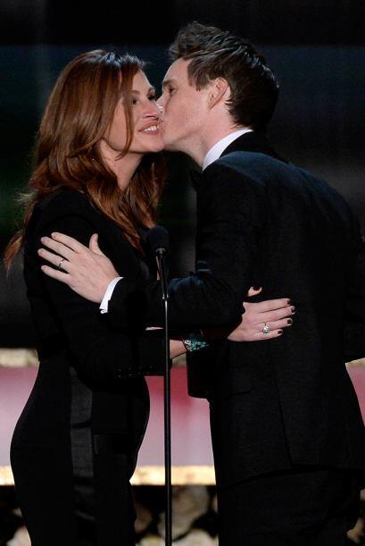 Eddie le da un besito a Julia Roberts.