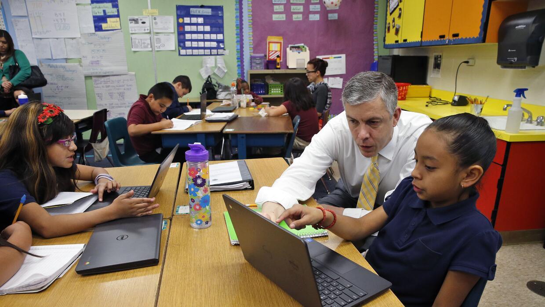 El secretario de Educación, Arne Duncan, visita la primaria McGlone en D...