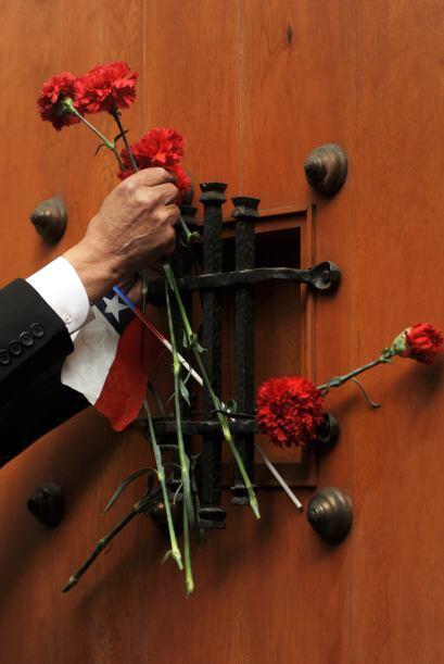 Como una ofrenda a los caídos se pusieron flores y un pequeño altar.