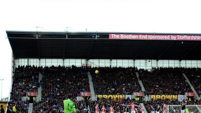 Begovic patea el balón que se colaría en la portería del Southampton.