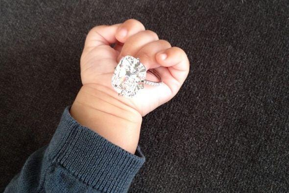 Nori presumiendo el diamante de su mami.