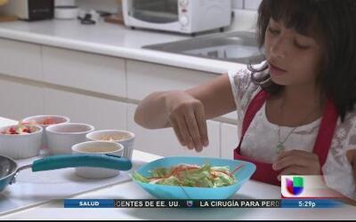 La niña Karla González se destaca en la cocina y llega hasta la Casa Blanca