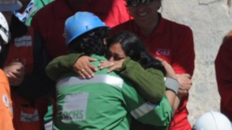 Victor Zamora fue recibido con un fuerte abrazo por su esposa Jessica qu...
