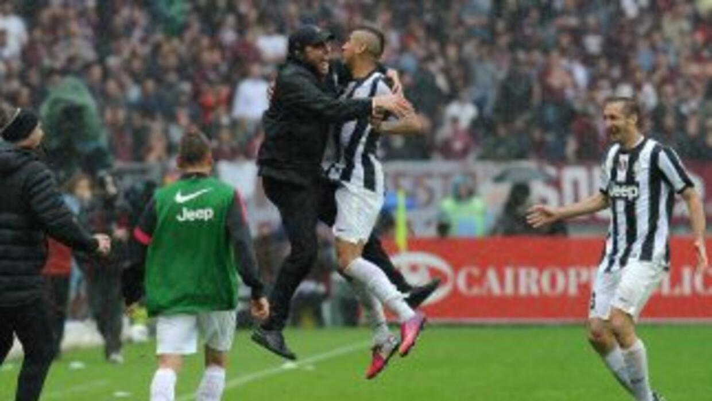 El chileno Vidal festeja junto al técnico Antonio Conte luego de consegu...