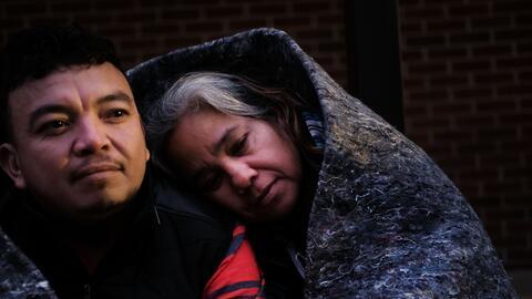 José y Candy Hernández esperan atención de un m&eac...