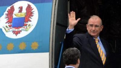 El ex vicepresidente de Colombia, Humberto de la Calle, aborda un avión...