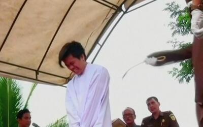 En video: La brutal sentencia de 83 latigazos a dos homosexuales en Indo...